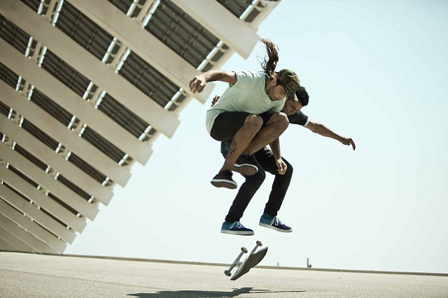 Smart Fortwo продвигают два забавных скейтбордиста