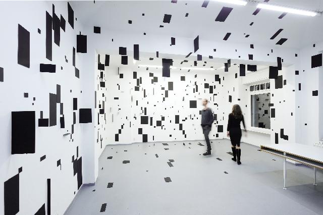 Геометрическая инсталляция Esther Stocker