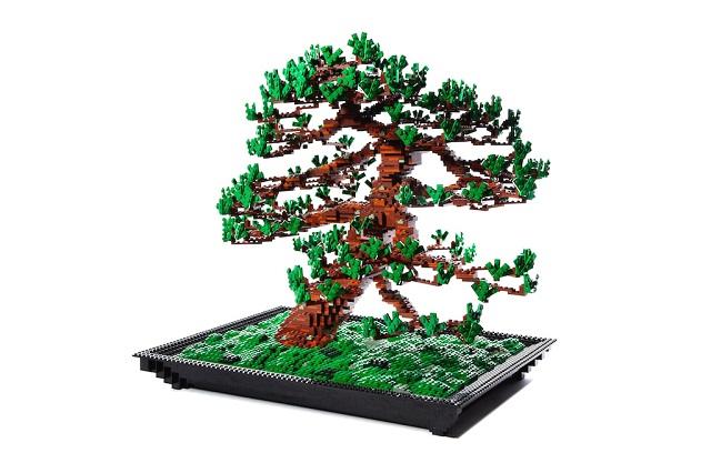 Дерево бонсай из конструктора LEGO. Художник Makoto Azuma