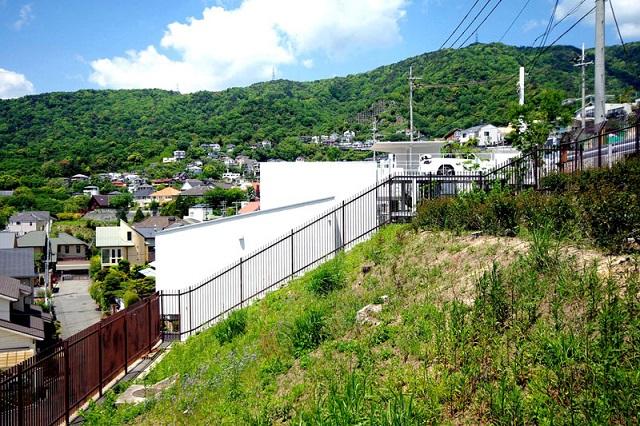 Японский дом с гаражом на крыше от Кенжи Янагава