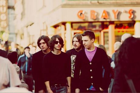 Arctic Monkeys представили новую песню Stop The World I Wanna Get Off With You