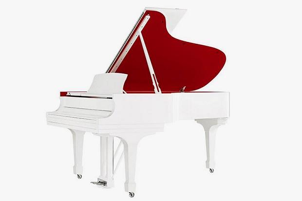Джони Айв и Марк Ньюсон создали золотые наушники и белый рояль
