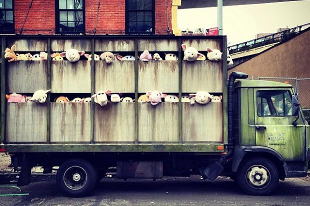 Игрушечные животные и грузовик в новом перформансе Бэнкси