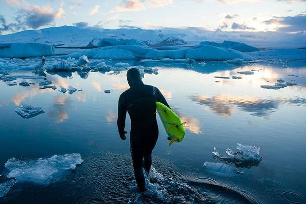 Фотограф Крис Буркард снимает серфинг в Исландии