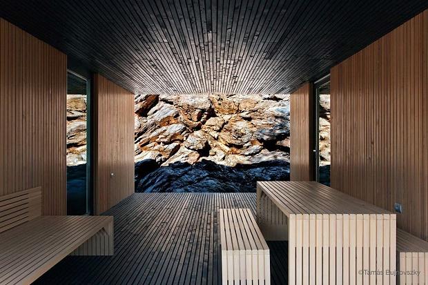 Частный дом Hideg из черного и светлого дерева от студии Béres