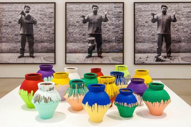 Американский художник разбил вазу Ай Вэйвэя стоимостью $1 млн