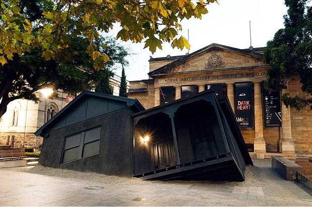 Инсталляция 'Landed' от Иэна Стрейнджа