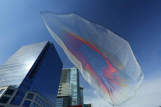Летающая скульптура над Ванкувером