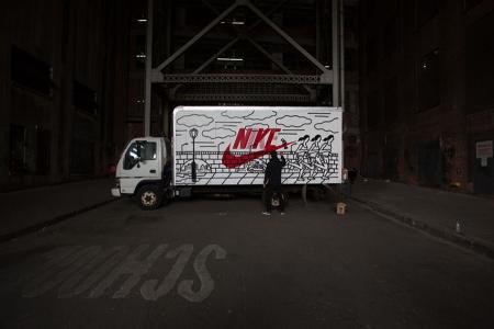 Уличный художник разрисовывает грузовики в рамках проекта NYC Box Truck