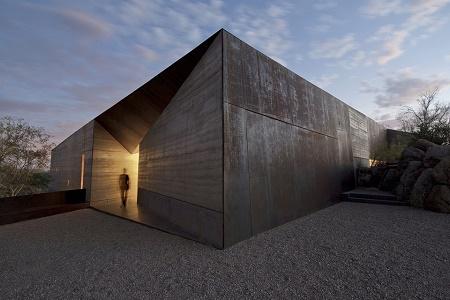 Desert Courtyard – новый шедевр от Wendell Burnette Architects