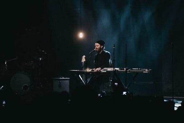 """Живое выступление Чета Фейкера с треком """"Talk is Cheap"""" в Enmore Theatre"""