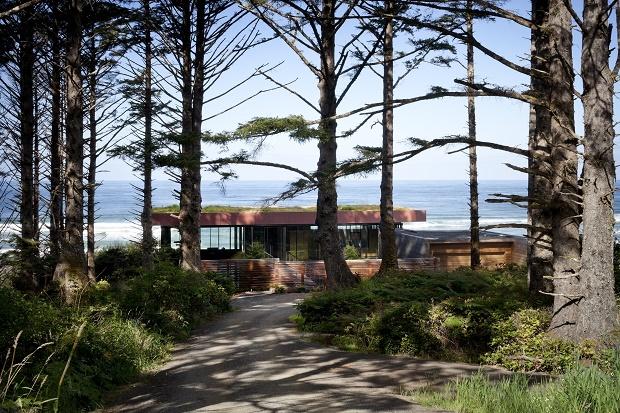 Прозрачный загородный дом на берегу от студии Boora Architects