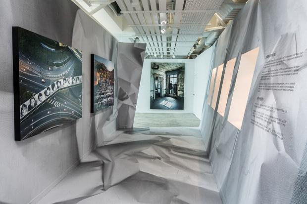 """Выставка JR """"A Survey Exhibition"""" в Гонконге"""