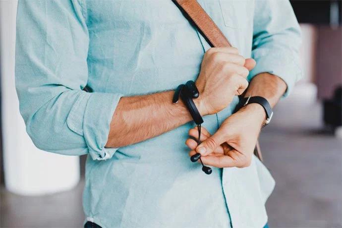 Носимое устройство Cuff обеспечивает уверенностью, что ваши наушники больше никогда не будут потеряны