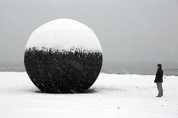 Инсталляция «В Чреве Медведя» на берегу озера Онтарио