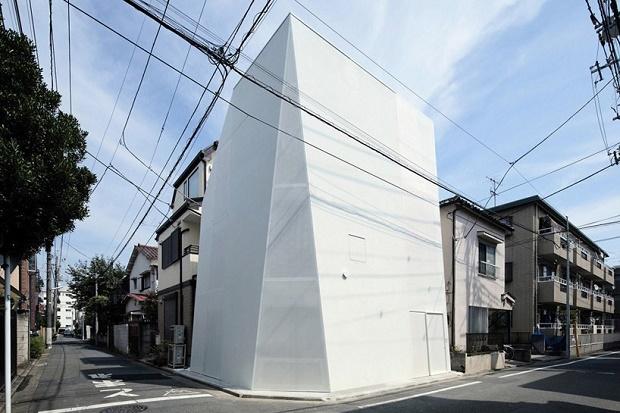 Монолитный токийский дом расширяет городское пространство