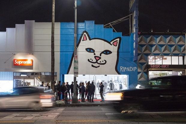 Инопланетная поп-выставка RIPNDIP на Лос-Анджелесской Фэрфакс-авеню возле Supreme