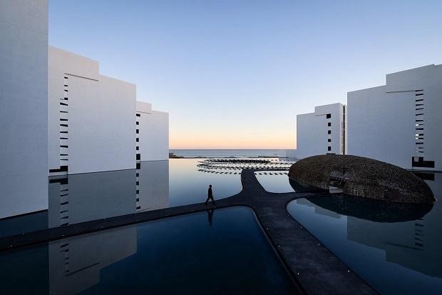 Монохромный минималистичный отель с видом на океан