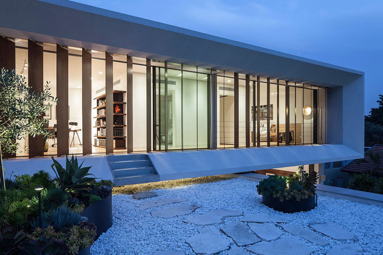 Современная вилла в Тель-Авиве спроектирована вокруг бассейна