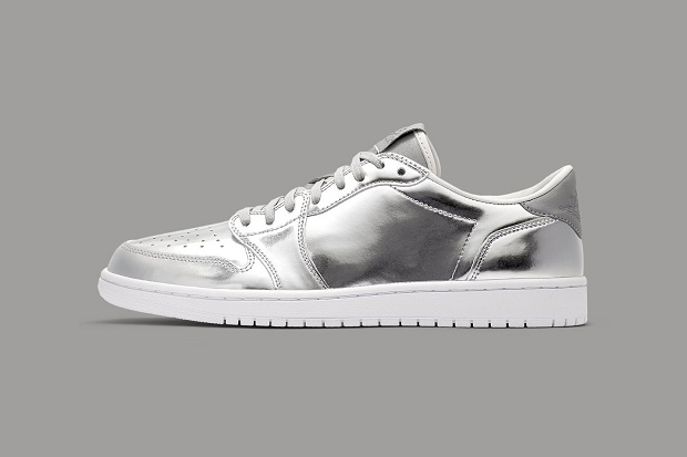 """""""Swooshless"""" версия Air Jordan 1 одевается в металлическое серебро."""