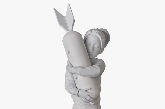 Граффити Бэнкси «Bomb Hugger» превратилось в скульптуру