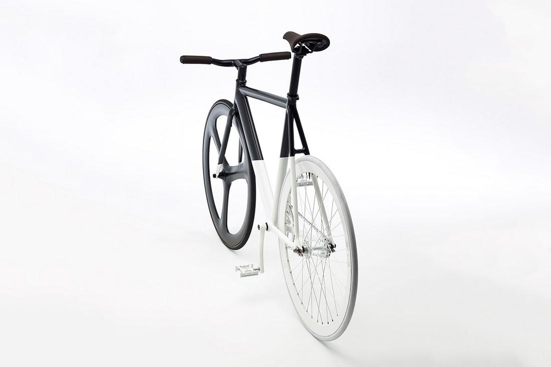 Контрастный шедевр — черно-белый велосипед Fixie