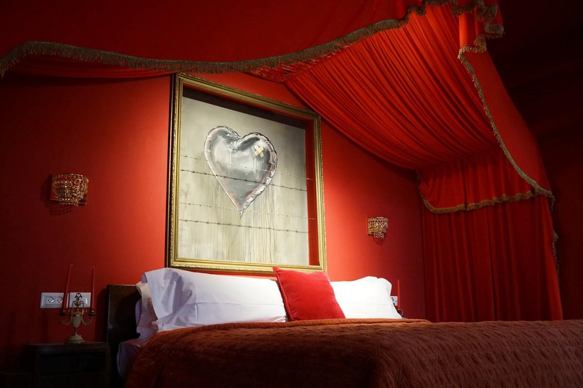 Детальный взгляд на отель Banksy