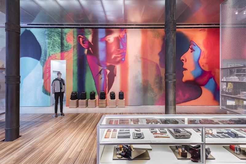 Prada представляет новую красочную инсталляцию в своем головном магазине в Нью-Йорке