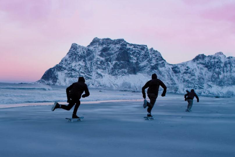 Скейтеры на заледенелом песке