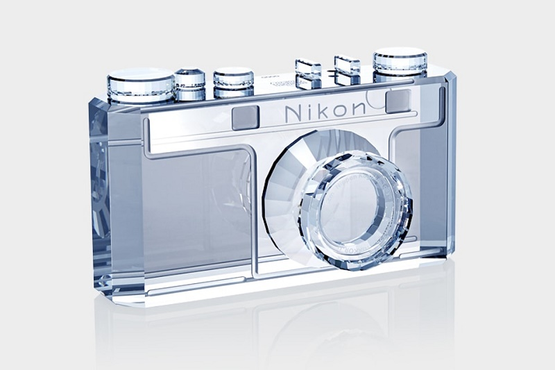 Swarovski создал хрустальный фотоаппарат Nikon