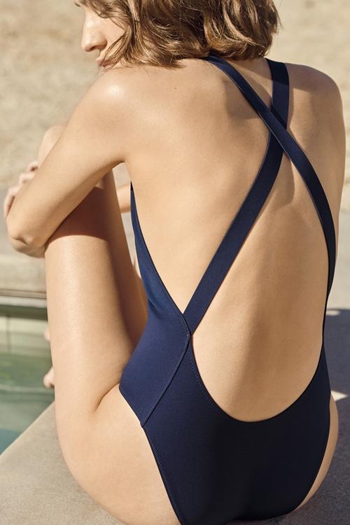 COS выпустил минималистические купальники