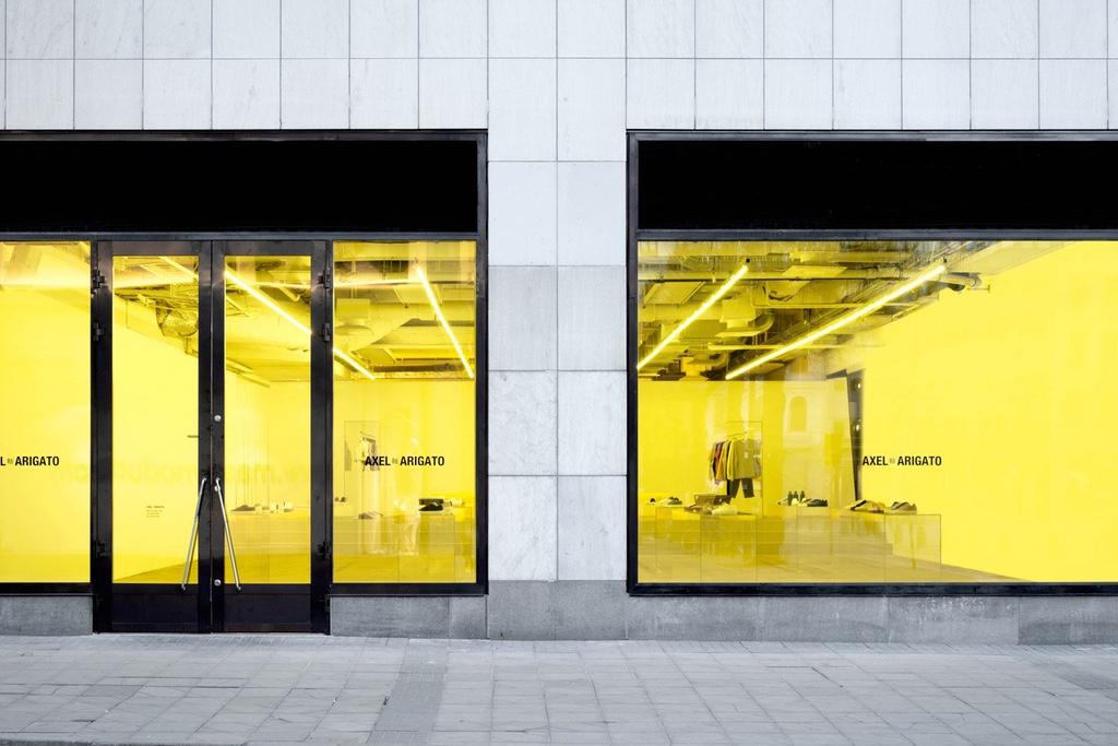 Бренд Axel Arigato добавил солнца в магазин в Стокгольме