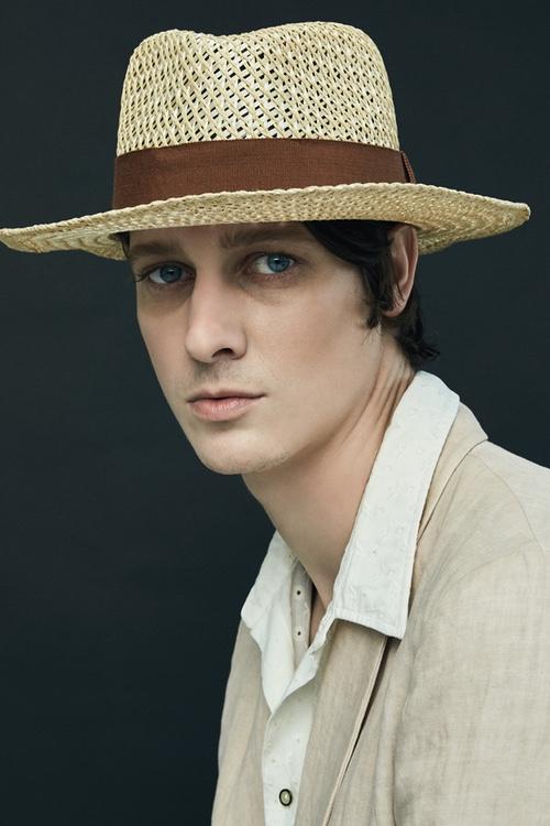 Парижский бренд Larose демонстрирует большое разнообразие шляп в весенне-летней коллекции