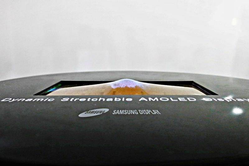 Samsung показала первый в мире растягиваемый дисплей